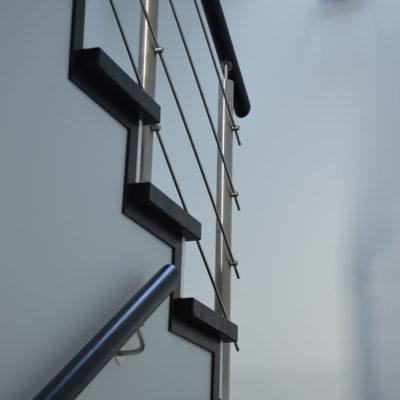 balustrady-z-elementami-metalowymi-stolarnia-woma-1