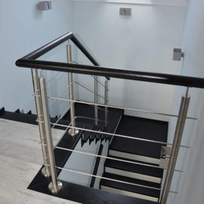 balustrady-z-elementami-metalowymi-stolarnia-woma-2