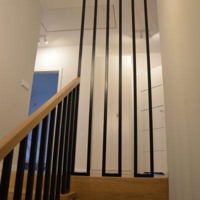 balustrada-metalowa-lakierowana-proszkowo-schody-dywanowe-debowe-stolarnia-woma-1.