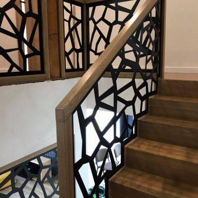 nowoczesna-balustrada-azurowa-czrna-stolarnia-woma-c10.