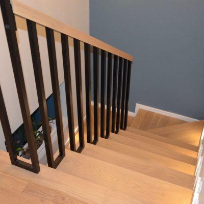 schody-debowe-dywanowe-balustrada-metalowa-czarna-lakierowana-proszkowo-2.