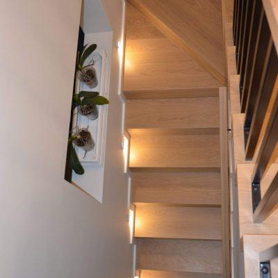 schody-debowe-dywanowe-na-beton-balustrada-czarna-metalowa-3.