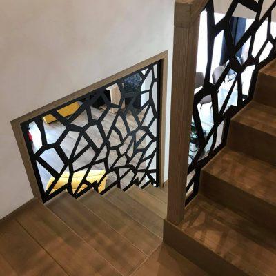 schody-dywanowe-balustrada-azurowa-czarna-stolarnia-woma-krakow-c3.