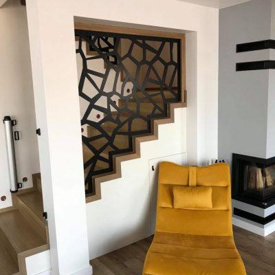 schody-dywanowe-balustrada-azurowa-czrna-stolarnia-woma-c2.