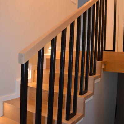 schody-dywanowe-balustrada-metalowa-czarna-stolarnia-krakow-4.