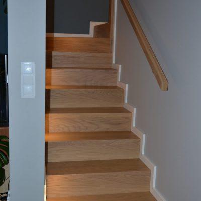 schody-dywanowe-drewno-debowe-czarna-balustrada-metalowa-stolarnia-woma-7.