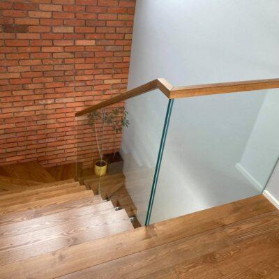 schody-wspornikowe-jesionowe-balustrada-szklana-2.jpg