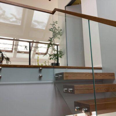 schody-wspornikowe-jesionowe-balustrada-szklana-3.jpg