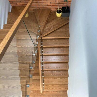 schody-wspornikowe-jesionowe-balustrada-szklana-8.jpg